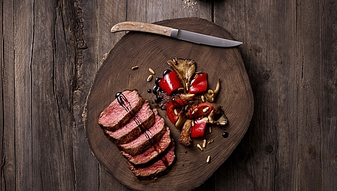 Beef tagliata with vegetables and pine nuts
