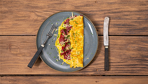 Omelette with ham, blue fenugreek and mountain cheese