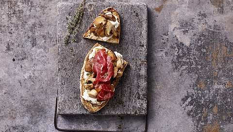 Spelt bruschettas with mushrooms, bresaola and ricotta