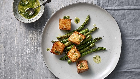 Salmon cubes with green asparagus and a dill dressing