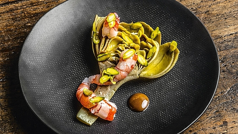 Crispy artichoke salad with prawns and pistachio cream
