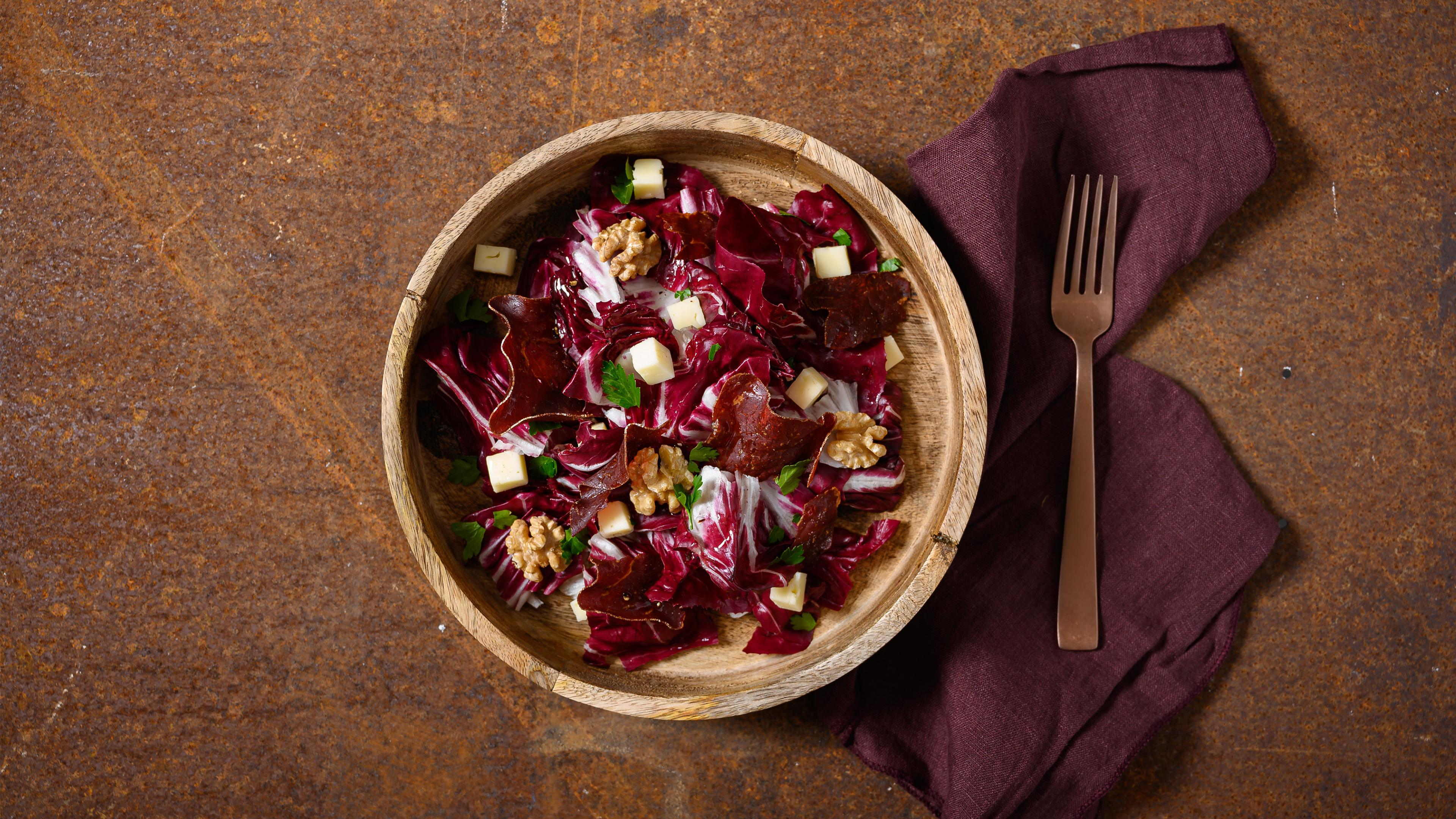 Radicchio with dry-cured Grisons beef, walnuts and goat's cheese