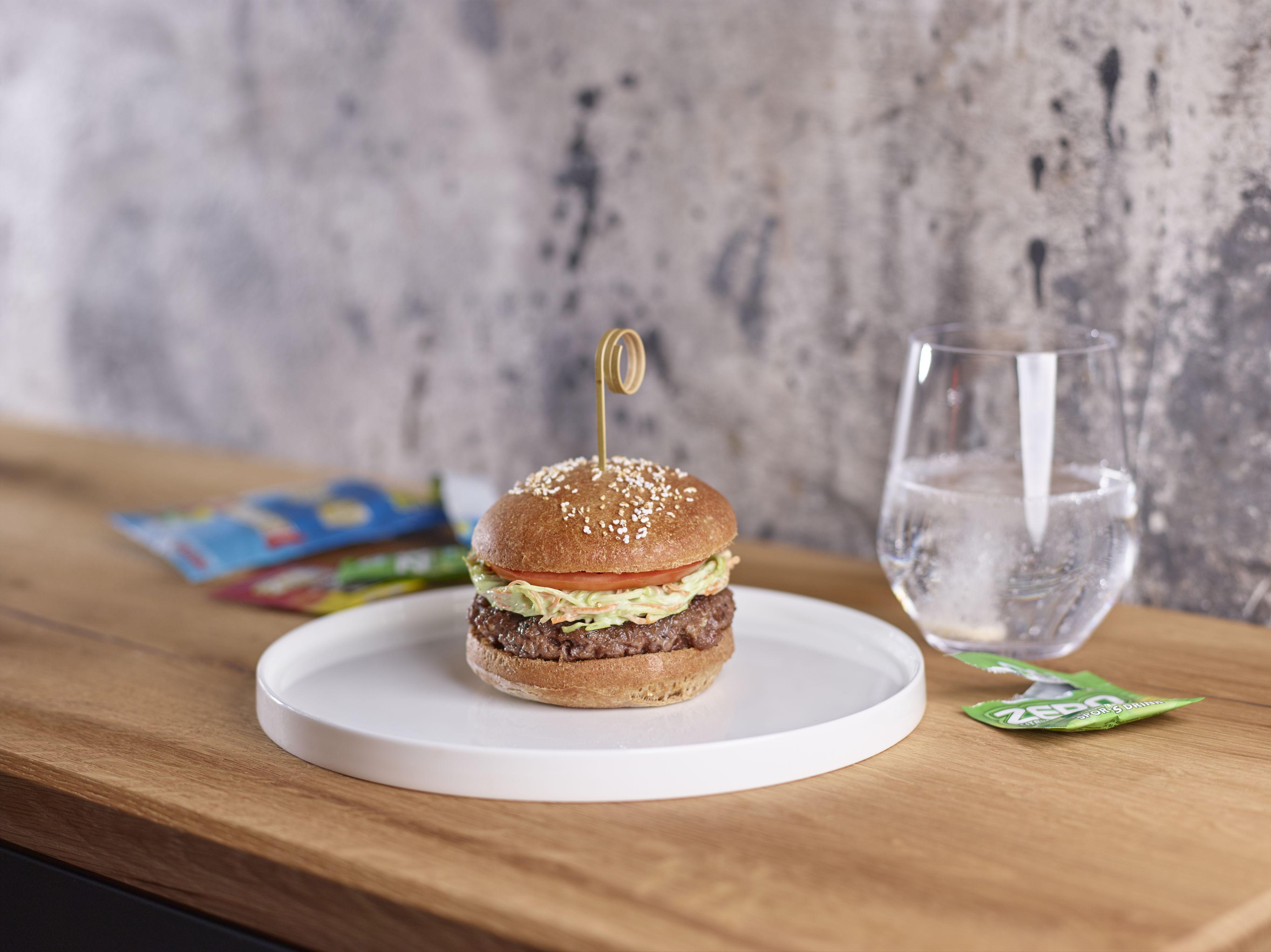 Hamburger met speltbrood, coleslaw en avocado