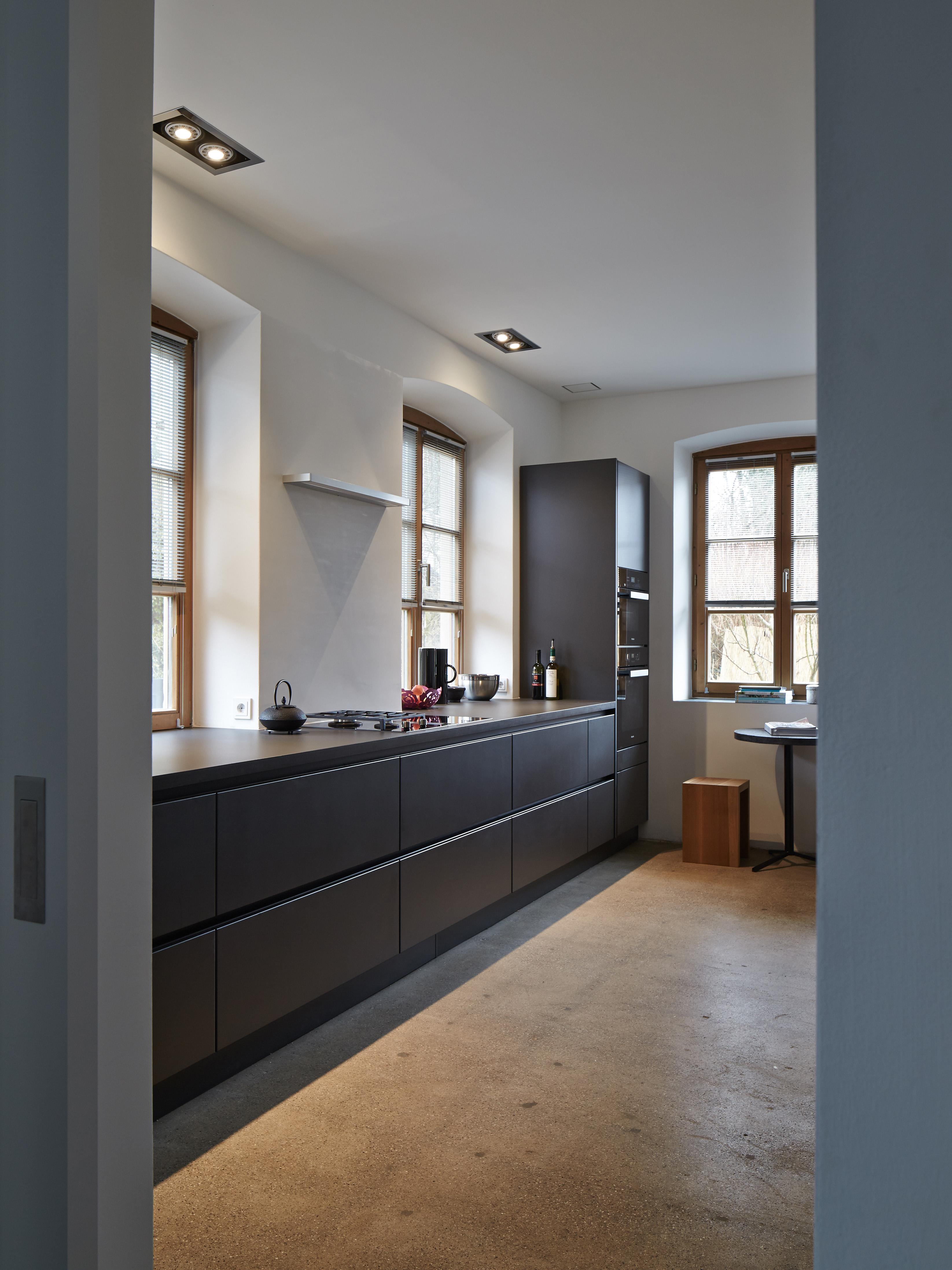 Geradlinigkeit in der Küche – Satinlack, Stahl, Glas | BORA